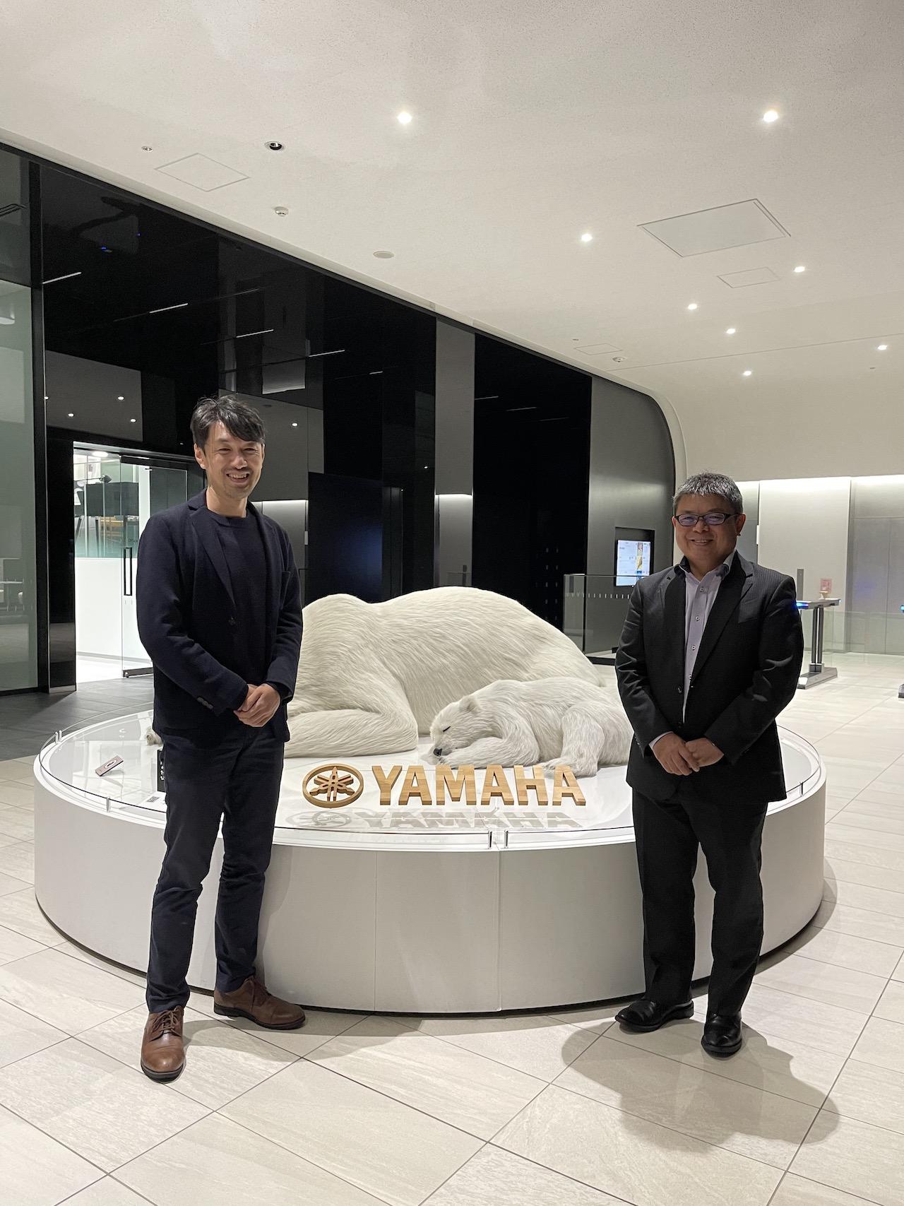 ヤマハ株式会社(浜松市)にて、左から沢渡あまね、平野尚志氏